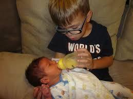 Cum sa incurajezi iubirea dintre copilul mare si nou-nascut